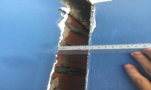 Phần nghiêng rộng nhất của nhà bà Ngọc tách rời khỏi nhà bên cạnh gần 5cm.