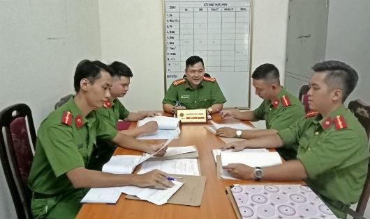 Trung tá Nguyễn Mạnh Hùng, Phó Trưởng Công an phường Thượng Đình chia sẻ kinh nghiệm với các chiến sĩ trẻ