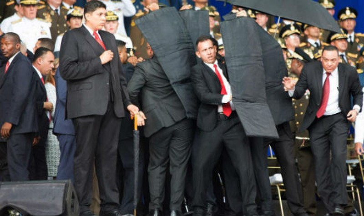 Khoảnh khắc nhóm vệ sĩ che chắn cho ông Maduro