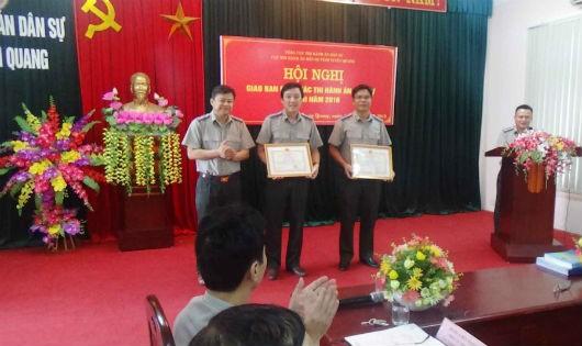 Đồng chí Nguyễn Tuyên, Cục trưởng trao Giấy khen  của Tổng Cục trưởng Tổng cục THADS cho tập thể và cá nhân đã có thành tích xuất sắc trong phong trào thi đua đợt cao điểm.