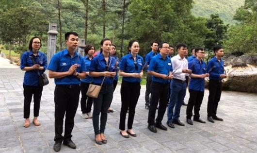 Tuổi trẻ Bộ Tư pháp dâng hương, tặng quà, tri ân tại vùng đất cách mạng Cao Bằng