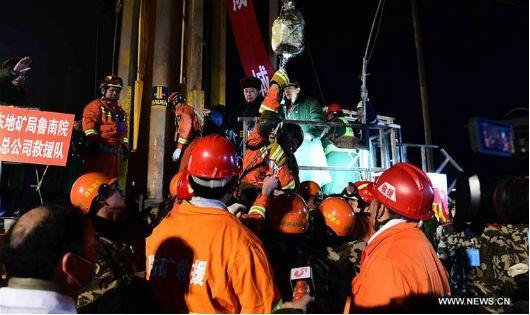 Cảnh cứu sống 4 công nhân sau 36 ngày sống dưới lòng đất.