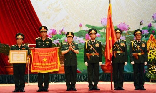 Thừa ủy quyền của Chủ tịch nước, Đại tướng Ngô Xuân Lịch đã trao danh hiệu Anh hùng LLVT nhân dân thời kỳ chống Mỹ cứu nước tặng Cục Nhà trường (Bộ Tổng tham mưu).