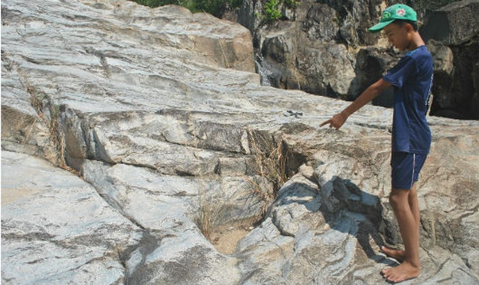 Những dấu chân được cho là của người khổng lồ quanh hòn đá Chữ.