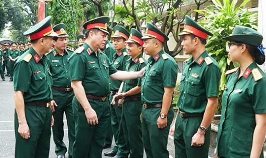 Thượng tướng Nguyễn Trọng Nghĩa trao đổi, động viên cán bộ, giảng viên khu học viên quốc tế