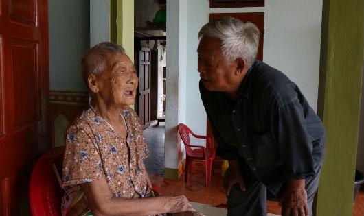 Cụ Mưu cười móm mém khi được hỏi bí quyết sống thọ