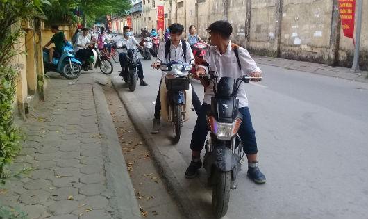 Nhiều học sinh thờ ơ với việc đội mũ bảo hiểm khi tham gia giao thông bằng xe đạp điện, xe gắn máy.