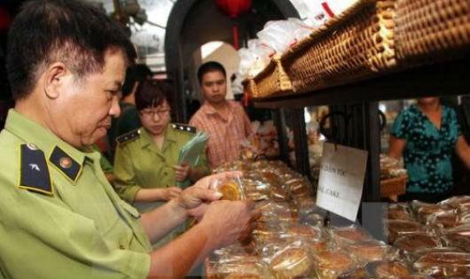 Lực lượng chức năng kiểm tra chất lượng bánh trung thu (Ảnh Internet)