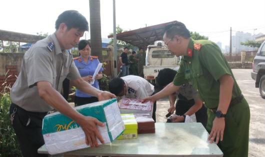 Cán bộ THADS Hà Nội chuẩn bị tiêu hủy tang vật.