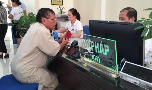 Người dân làm thủ tục tại Bộ phận một cửa của UBND quận Hồng Bàng, Hải Phòng.