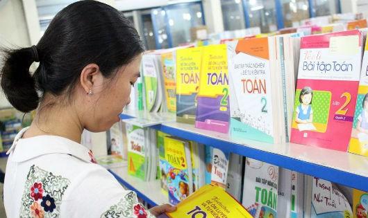 Phụ huynh tìm mua sách giáo khoa cho con tại TP HCM (Ảnh: http://nxbgdhcm.vn)