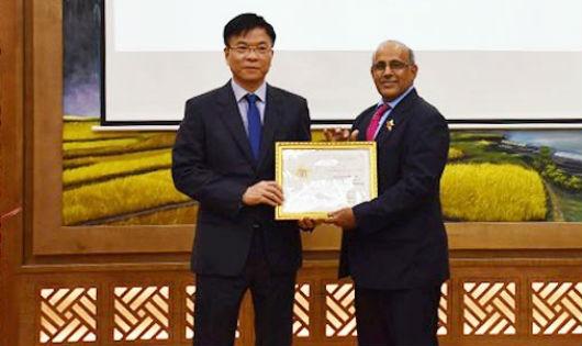 Bộ trưởng Bộ Tư pháp Lê Thành Long trao Kỷ niệm chương cho Trưởng đại diện UNICEF