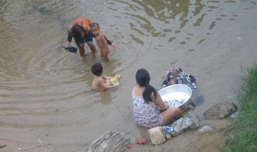 Người T'Rin tắm giặt ở suối Lách.