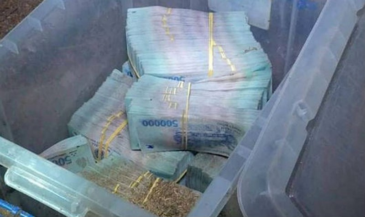 Công an thu giữ 3,7 tỷ đồng đối tượng Hùng chôn giấu.