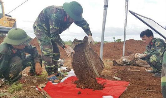 Các chiến sĩ Đội 584 đang tìm trong đất xã Gio Bình từng mảnh vụn hài cốt liệt sĩ