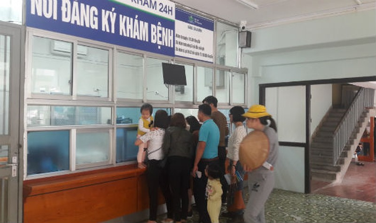Đăng ký khám bệnh cho trẻ tại Bệnh viện Nhi Trung ương.