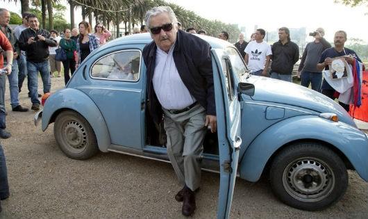 Ông Mujica bên chiếc xe Volkswagon Beetle cũ kỹ, sản xuất từ năm 1987
