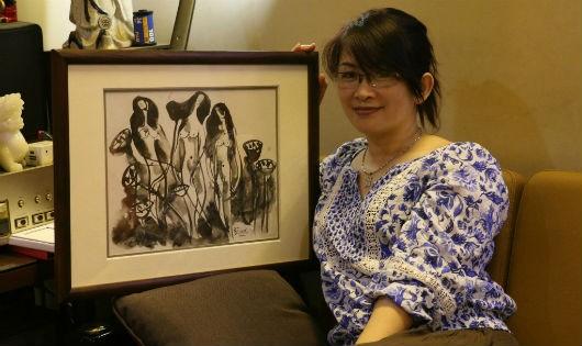 Họa sỹ Phương Bình bên tác phẩm của mình.