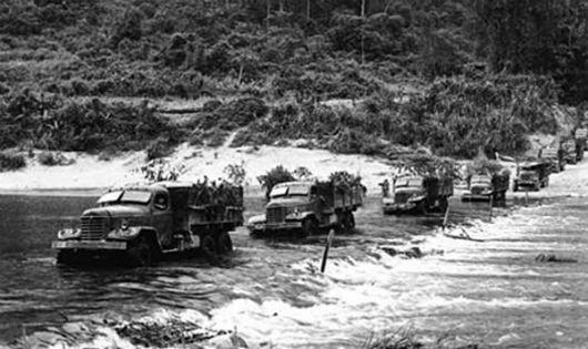 Đoàn xe vượt sông qua một đoạn cầu ngầm