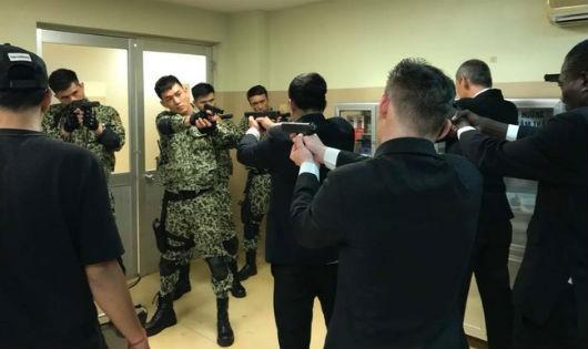 Một cảnh vô lý trong phim: Đội vệ sĩ nước ngoài xâm nhập lãnh thổ Việt Nam, thoải mái chĩa súng vào các chiến sĩ