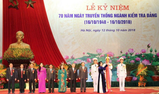 Quyền Chủ tịch nước Đặng Thị Ngọc Thịnh trao tặng Huân chương Lao động hạng Nhất cho UBKT TƯ.