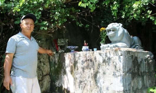 Anh Tủy bên tảng đá thờ hai ông Cọp Bạch.