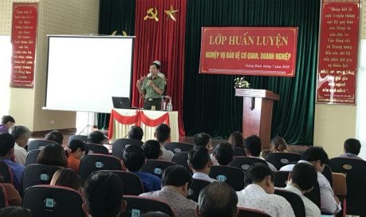 Thiếu tá Đoàn Viết Kim trong buổi tuyên truyền.