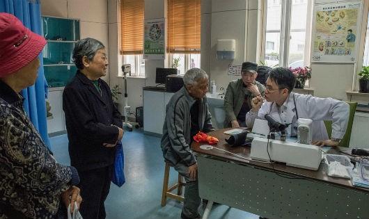 Bác sĩ Ye Minghao tại Thượng Hải thăm khám cho khoảng 80 bệnh nhân mỗi ngày.