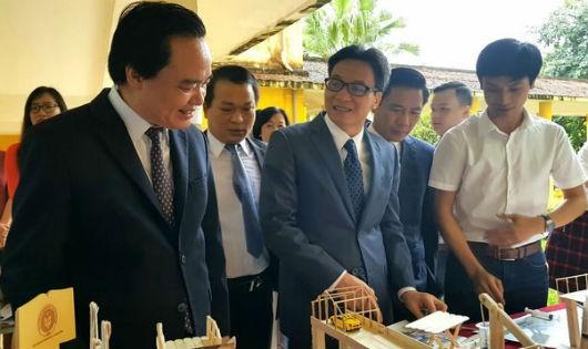 Phó Thủ tướng Vũ Đức Đam cùng Bộ trưởng Phùng Xuân Nhạ tham quan mô hình sáng tạo của sinh viên trưng bày tại hội thảo