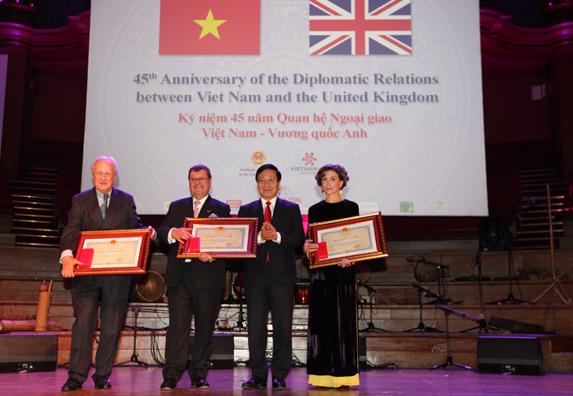 Phó Thủ tướng, Bộ trưởng Bộ Ngoại giao Phạm Bình Minh trao Huy chương Hữu nghị tặng bà Katrin Kandel, Giám đốc điều hành Facing the World