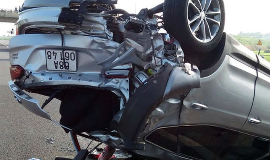 Xe ô tô 4 chỗ bị lật ngửa, hư hỏng tại hiện trường
