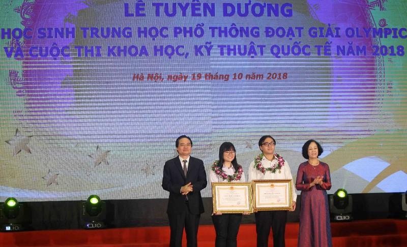 Bà Trương Thị Mai, Trưởng ban Dân vận Trung ương và Bộ trưởng Phùng Xuân Nhạ trao tặng Huân chương Lao động hạng Ba cho hai em Nguyễn Phương Thảo và Phạm Đức Anh.