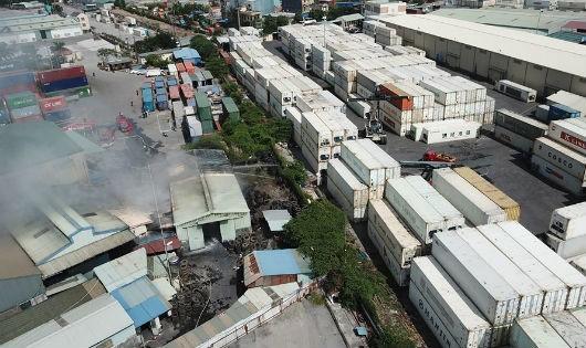 Cháy kho lốp ô tô tại khu công nghiệp Đình Vũ