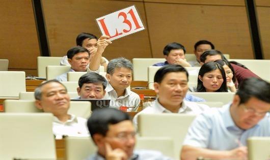 Đại biểu Quốc hội Đỗ Văn Sinh (Quảng Trị) giơ bảng đề nghị được phát biểu tranh luận tại Kỳ họp thứ 5, Quốc hội khóa XIV.