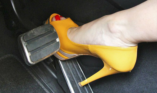 Đi giày cao gót có thể dẫn tới những tai nạn đáng tiếc.