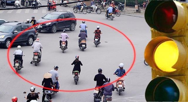 Nhìn người tham gia giao thông vẫn vượt đèn vàng.