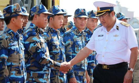 Tư lệnh Phạm Hoài Nam bắt tay thân mật các chiến sĩ tàu chiến đấu tại Lữ đoàn 171 Vùng 2 Hải quân
