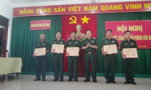 Lãnh đạo Bộ đội biên phòng tỉnh Khánh Hòa trao tặng bằng khen chiến sĩ thi đua, hoàn thành xuất sắc nhiệm vụ 2017 cho cán bộ Đồn biên phòng Cầu Bóng (Thiếu tá QNCN Nguyễn Thành Vũ phía người đầu tiên phía bên trái hình