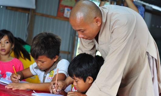 Thầy Chơn đang dạy học cho các em ở  làng vạn chài.