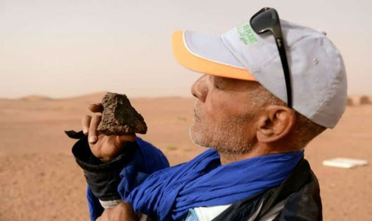 Thợ săn thiên thạch đang kiểm tra mẫu vật tìm thấy.