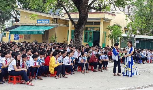 Một buổi tuyên truyền pháp luật cho học sinh.