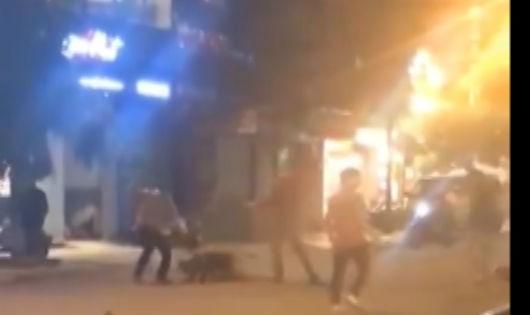 Hiện trường vụ hỗn chiến (ảnh cắt từ clip)