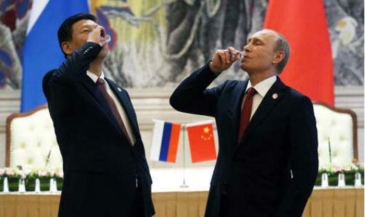 Tổng thống Nga Vladimir Putin (phải) và Chủ tịch Trung Quốc Tập Cận Bình tại lễ ký hợp đồng cung cấp khí đốt trong 30 năm tại Thượng Hải tháng 5/2014