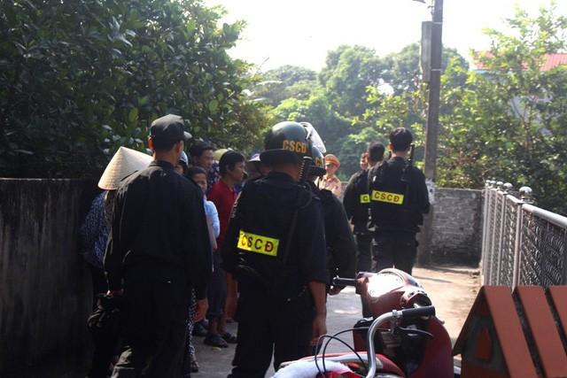 Lực lượng CSCĐ và nhiều lực lượng khác được huy động đến hiện trường để giải cứu cháu bé. Ảnh Dân Việt