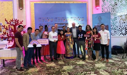 """Thành viên của các tổ chức cộng đồng và đơn vị hỗ trợ tham dự sự kiện """"K=K"""" nhân Ngày Thế giới Phòng chống HIV/AIDS. (Ảnh: ĐSQ Hoa Kỳ tại Việt Nam)"""