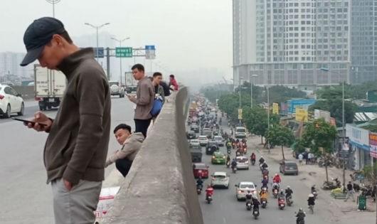 Nhiều người vẫn chờ bắt xe khách ở đường trên cao.