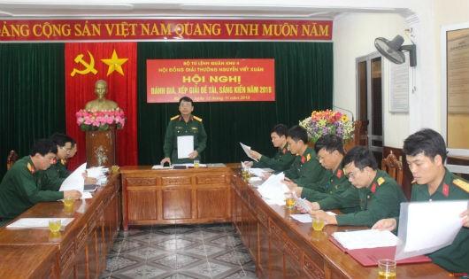 Đại tá Phan Văn Sỹ, Phó Chủ nhiệm Chính trị Quân khu 4 đánh giá chất lượng các đề tài sáng kiến tại hội nghị.