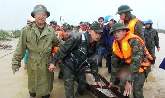 Cán bộ, chiến sĩ Bộ CHQS tỉnh Quảng Trị tìm kiếm nạn nhân mất tích do mưa lũ.