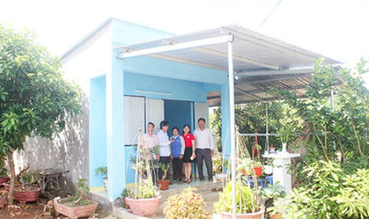Bàn giao một căn nhà chống bão ở Khánh Hòa