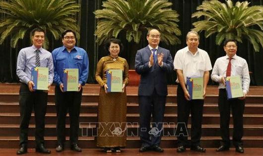Bí thư Thành ủy Thành phố Hồ Chí Minh Nguyễn Thiện Nhân trao tặng Bộ sách cho đại diện các ban ngành Trung ương, địa phương và trường đại học